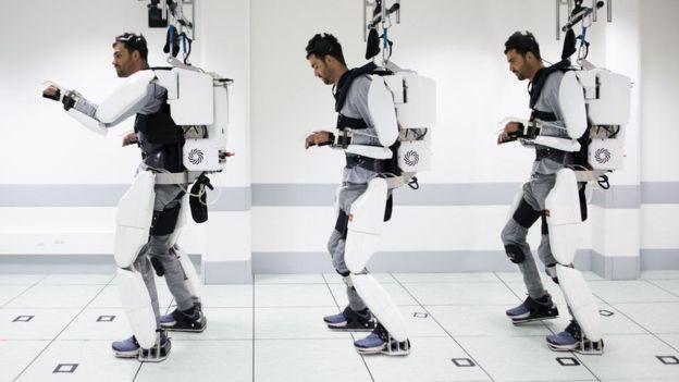 حرکت مرد فلج با اسکلت روباتی