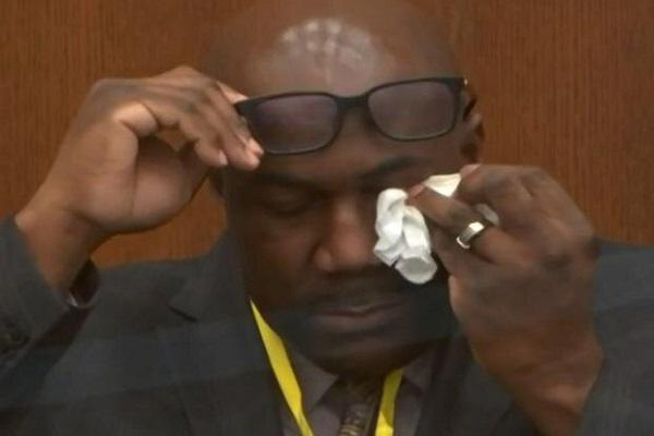 ادای شهادت آمیخته با اشک و لبخند برادر جورج فلوید در دادگاه