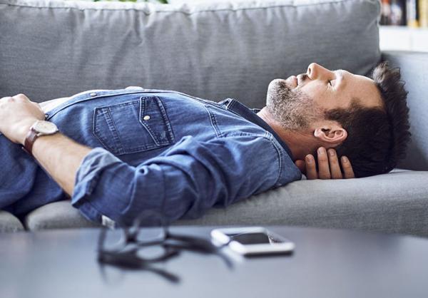 بهترین ترفندهای خواب و آرامش توصیه شده توسط پرستارها، کارگران شیفت شب و افرادی که ناچارند هر جایی بخوابند